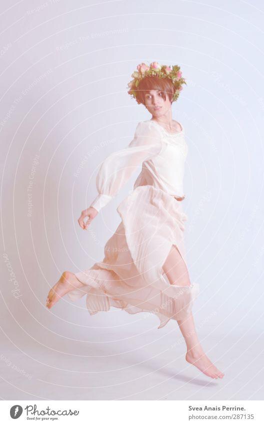 ein hauch... feminin Junge Frau Jugendliche 1 Mensch 18-30 Jahre Erwachsene Mode Kleid Kopfbedeckung Haare & Frisuren schwarzhaarig brünett springen schön