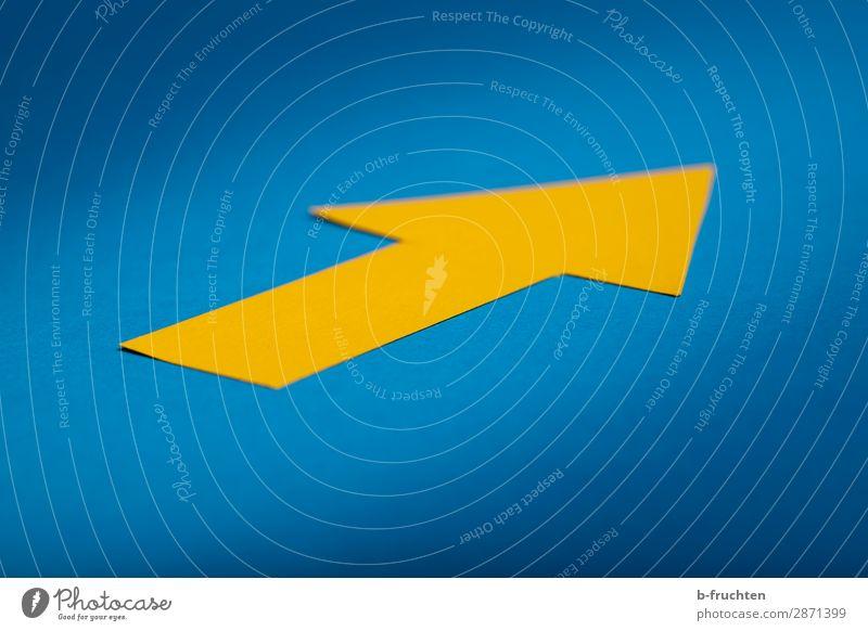 Gelber Pfeil Arbeitsplatz Wirtschaft Werbebranche Business Karriere Erfolg Papier Zeichen wählen Blick einzigartig blau gelb Vergangenheit Wandel & Veränderung