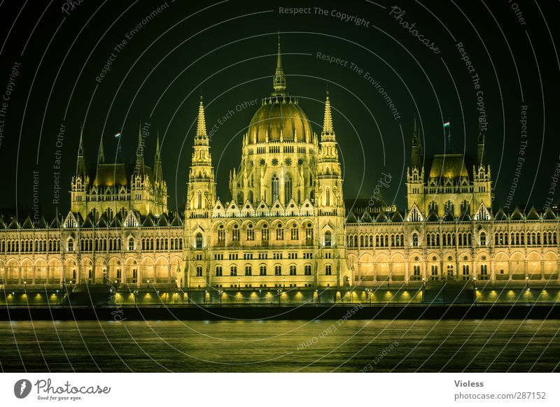 sauwetter in budapest II dunkel Architektur Gebäude ästhetisch Macht historisch Bauwerk Denkmal Wahrzeichen Stadtzentrum Sehenswürdigkeit Hauptstadt Bekanntheit