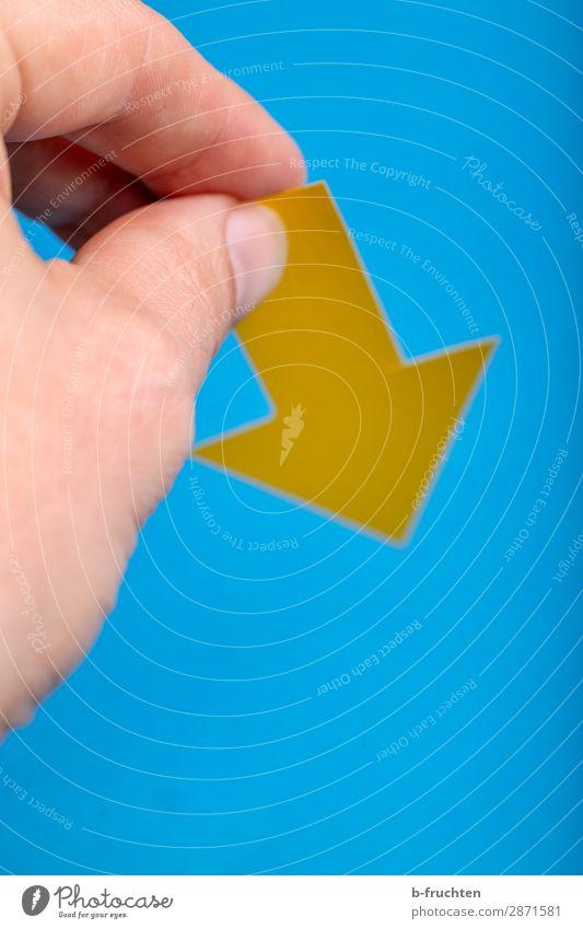 Nach unten lernen Büro Wirtschaft Werbebranche Börse Business Karriere Erfolg Arbeitslosigkeit Finger Papier Zeichen Pfeil wählen gebrauchen festhalten blau