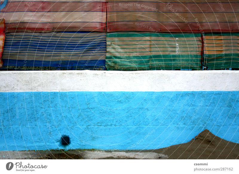 el muro Mauer Wand Fassade Stein Sand Streifen dreckig dunkel Sack Stoff mehrfarbig blau Abfluss Loch Zaun abgeschirmt Lack Patchwork Linie Strand Badeort