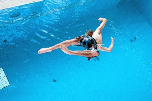 Kopfüber Lifestyle Stil Freizeit & Hobby Sport Wassersport Turmspringen Turmspringer Schwimmbad Mensch Junger Mann Jugendliche 1 Badehose Freude Mut Bewegung