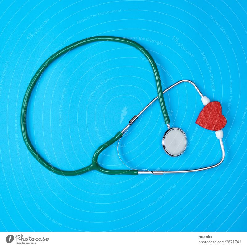 grünes medizinisches Stethoskop und rotes Holzherz Gesundheitswesen Behandlung Krankheit Medikament Prüfung & Examen Arzt Krankenhaus Werkzeug Herz hören modern