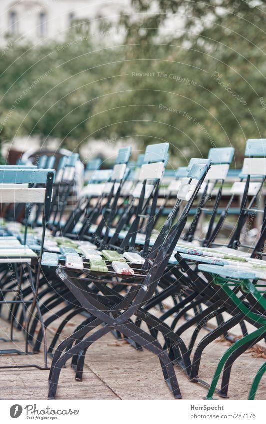 Take a seat... or two Pflanze Baum Blatt Park Fassade geschlossen frei Stadtleben Stuhl chaotisch Anordnung Straßencafé Klappstuhl