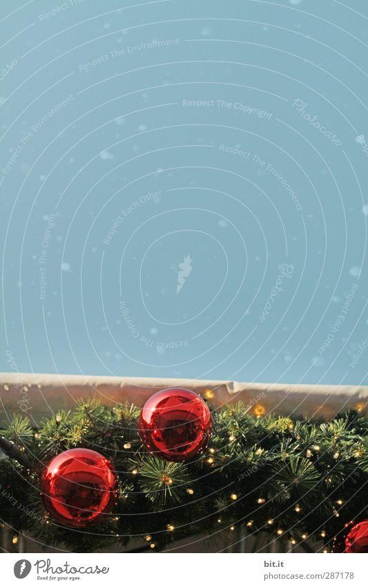 Schneefallgrenze Dekoration & Verzierung Feste & Feiern Weihnachten & Advent Umwelt Winter fallen glänzend hängen kalt blau rot Tradition Weihnachtsdekoration