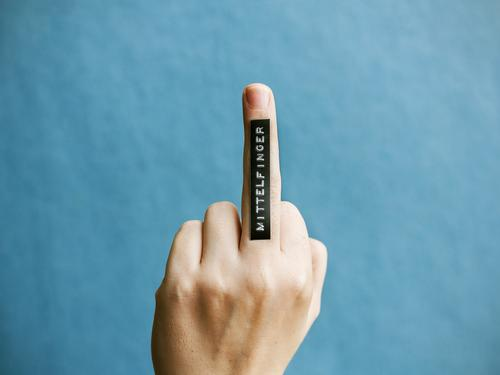 Mittelfinger Hand Finger Schriftzeichen Schilder & Markierungen rebellisch Idee Kommunizieren Perspektive protestieren Etikett Beschriftung Farbfoto