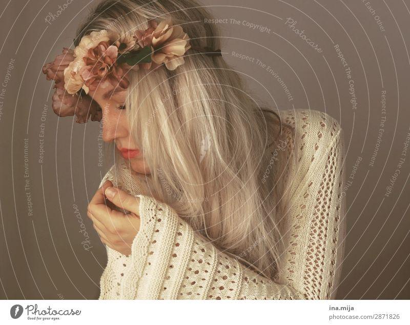 Junge langhaarige Frau mit Blumenkranz im blonden Haar Mensch feminin Junge Frau Jugendliche Erwachsene 1 18-30 Jahre 30-45 Jahre Mode Bekleidung Pullover