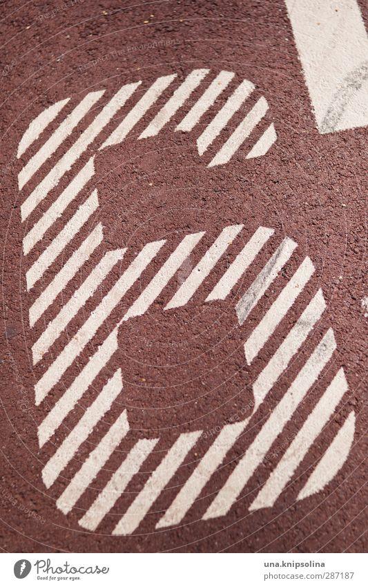 6 Zeichen Ziffern & Zahlen rot weiß Sportplatz Farbfoto Gedeckte Farben Außenaufnahme Detailaufnahme Muster Strukturen & Formen Menschenleer