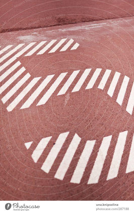 5 Zeichen Ziffern & Zahlen rot weiß Sportplatz Farbfoto Gedeckte Farben Außenaufnahme Detailaufnahme Muster Strukturen & Formen Menschenleer