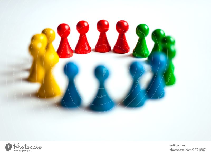 Spielfiguren Anordnung mehrfarbig Vielfältig Farbe Figur Strukturen & Formen Formation mehrere Menschengruppe Kindergruppe Konflikt & Streit Kreis