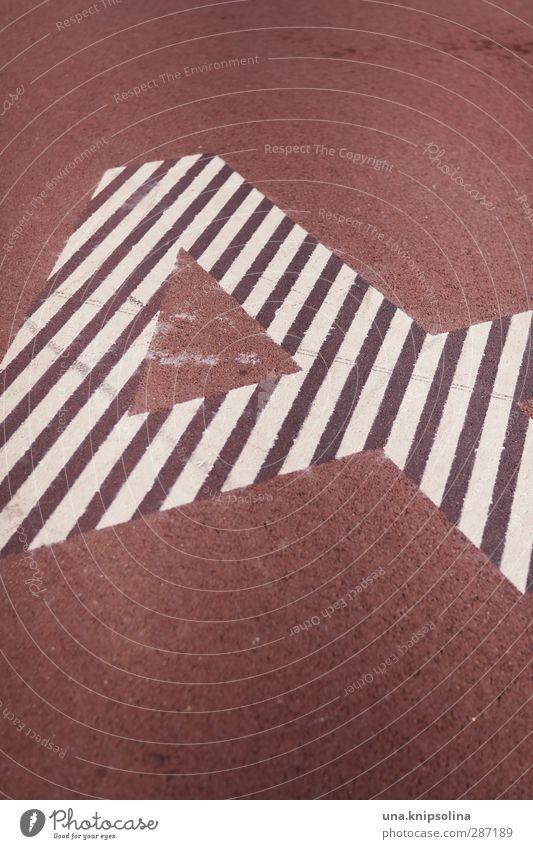 4 Zeichen Ziffern & Zahlen rot weiß Sportplatz Farbfoto Gedeckte Farben Außenaufnahme Detailaufnahme Muster Strukturen & Formen Menschenleer