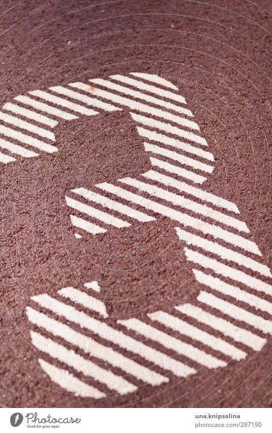 3 Zeichen Ziffern & Zahlen rot weiß Sportplatz Farbfoto Gedeckte Farben Außenaufnahme Detailaufnahme Muster Strukturen & Formen Menschenleer