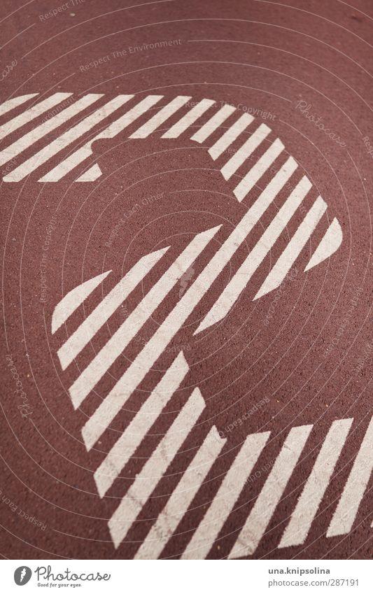 2 Zeichen Ziffern & Zahlen rot weiß Sportplatz Farbfoto Gedeckte Farben Außenaufnahme Detailaufnahme Muster Strukturen & Formen Menschenleer