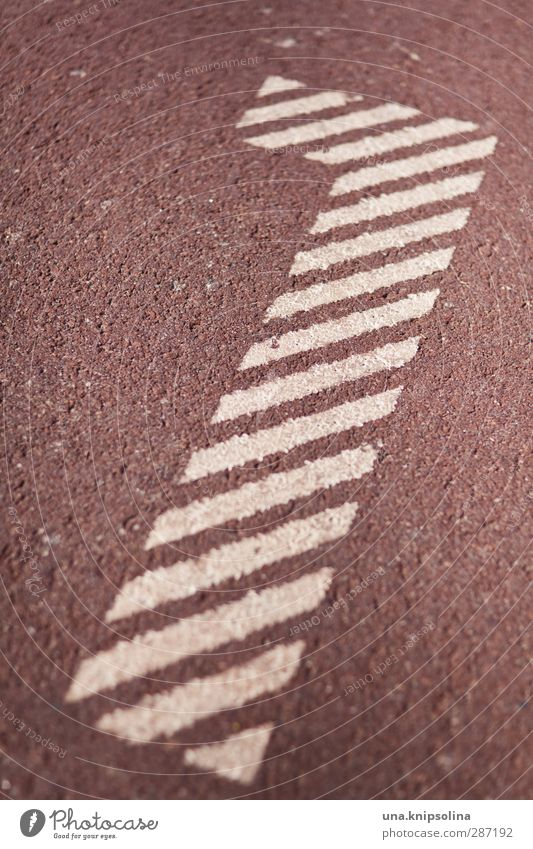1 Zeichen Ziffern & Zahlen rot weiß Beginn Sportplatz Farbfoto Gedeckte Farben Detailaufnahme Muster Strukturen & Formen Menschenleer Schwache Tiefenschärfe