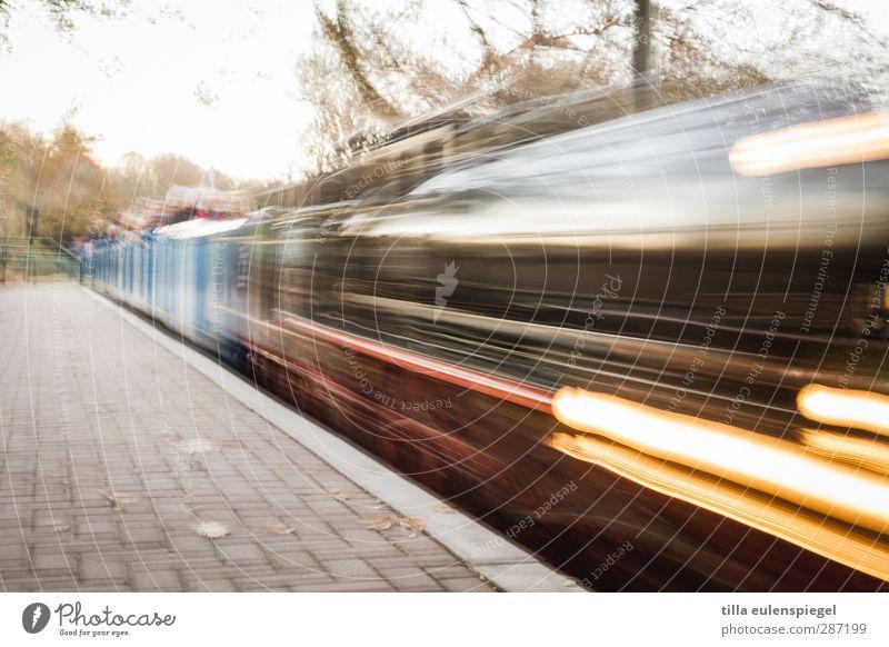 Abfahrt Bewegung Verkehr Geschwindigkeit Eisenbahn fahren Güterverkehr & Logistik Mobilität Verkehrsmittel Bahnsteig Lokomotive Bahnfahren Schienenverkehr