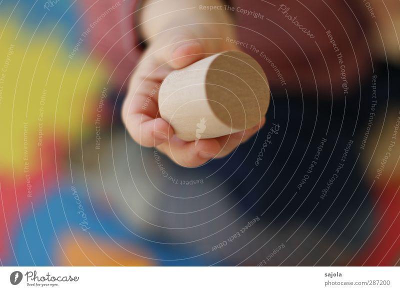 da! Mensch Kind Hand Spielen Holz festhalten Spielzeug Kleinkind zeigen geben Bauklotz auffordern Holzspielzeug