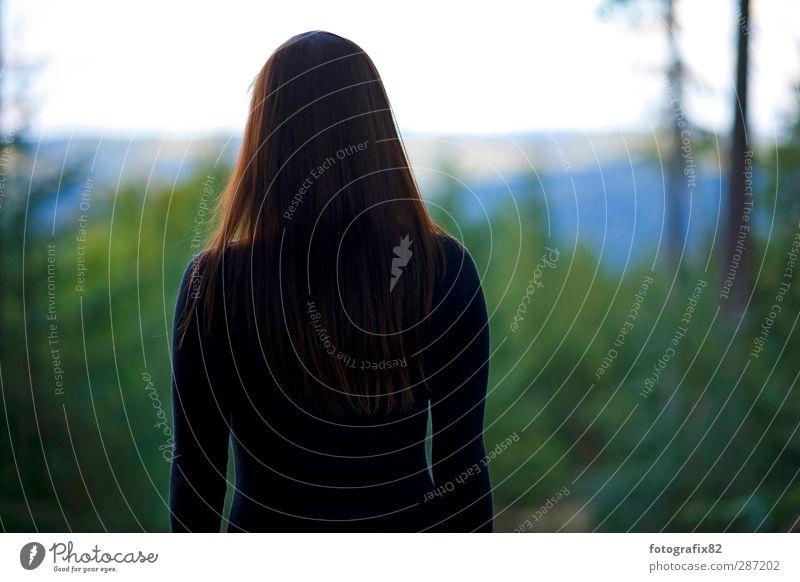 weitsicht Mensch Jugendliche grün schwarz Wald Erwachsene Ferne Junge Frau dunkel Berge u. Gebirge feminin Haare & Frisuren Traurigkeit 18-30 Jahre entdecken