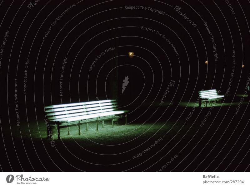 nights out. dunkel Wege & Pfade Park leuchten Bank erleuchten Kies Nachtaufnahme Parkbank Lichtermeer Leuchtstoffröhre Lampenlicht