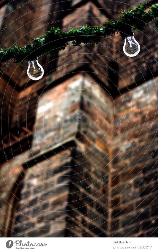 Lichterkette (Ausschnitt) Dekoration & Verzierung Nachtleben Feste & Feiern Weihnachten & Advent Jahrmarkt Haus Kirche Bauwerk Gebäude Architektur Gefühle