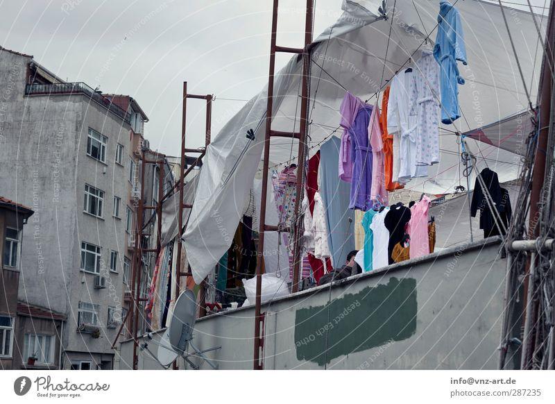 Basar Stadt Stadtzentrum Fußgängerzone Marktplatz Mauer Wand Fassade Bekleidung T-Shirt Bademantel Armut viele grau Istanbul Farbfoto Gedeckte Farben