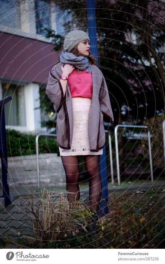 An der blauen Laterne. Mensch Frau Natur Jugendliche schön Stadt Erwachsene Junge Frau feminin Stil 18-30 Jahre braun rosa elegant Lifestyle ästhetisch
