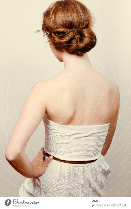 Rückansicht einer jungen rothaarigen Frau in einem weißen Kleid mit einem Dutt rollen Haut Hochzeit Mensch feminin Erwachsene Blume Roséwein Mode blond Ornament