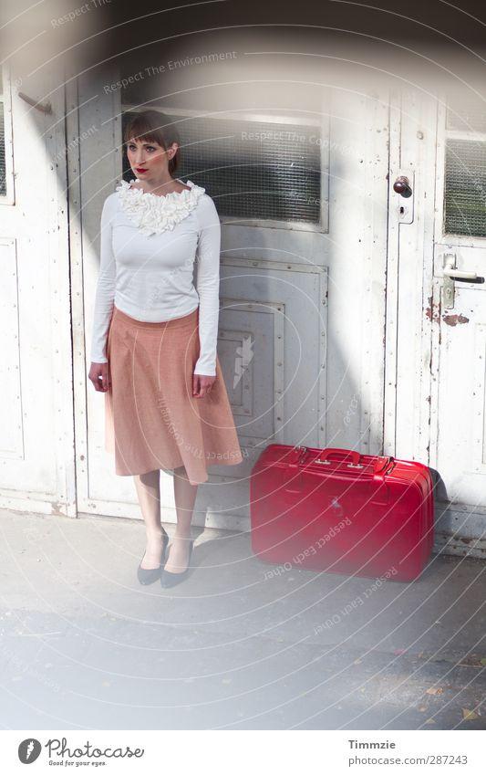 Abreise Mensch Jugendliche Ferien & Urlaub & Reisen weiß rot Einsamkeit Erwachsene Ferne Junge Frau feminin Freiheit 18-30 Jahre Mode gehen warten elegant