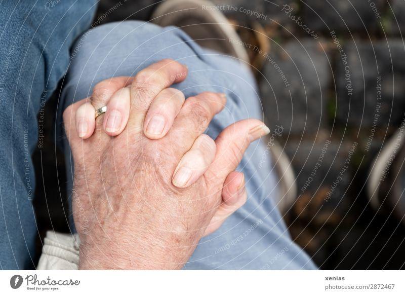 Zwei Hände auf einem Knie Frau Mensch Mann Hand Beine Erwachsene Liebe Senior feminin Gefühle Familie & Verwandtschaft Glück Paar Zusammensein maskulin