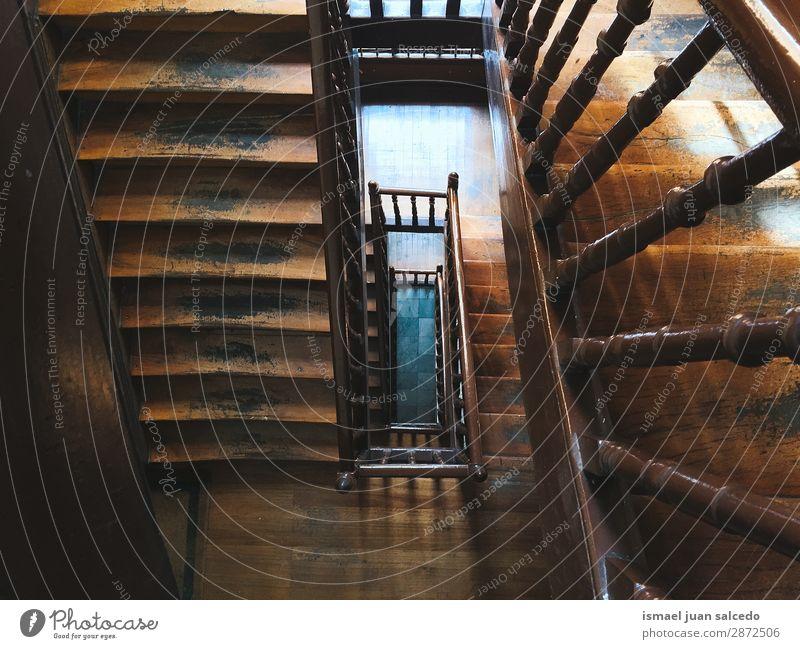 Holztreppe Architekturstruktur Treppe Treppenhaus Freitreppe Strukturen & Formen Konstruktion Innenaufnahme alt aussetzen Ober... abwärts Hintergrund neutral