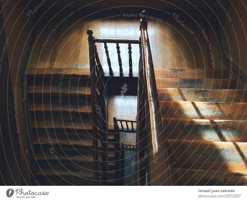 Holztreppe im Schatten Treppe Treppenhaus Freitreppe Architektur Strukturen & Formen Konstruktion Innenaufnahme alt aussetzen Ober... abwärts