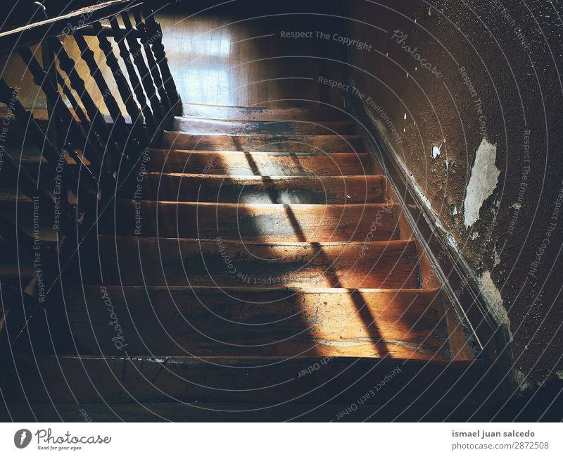 Holztreppe im Schatten Treppe Treppenhaus Freitreppe Architektur Strukturen & Formen Konstruktion Innenaufnahme alt aussetzen Ober... abwärts Hintergrund Zaun