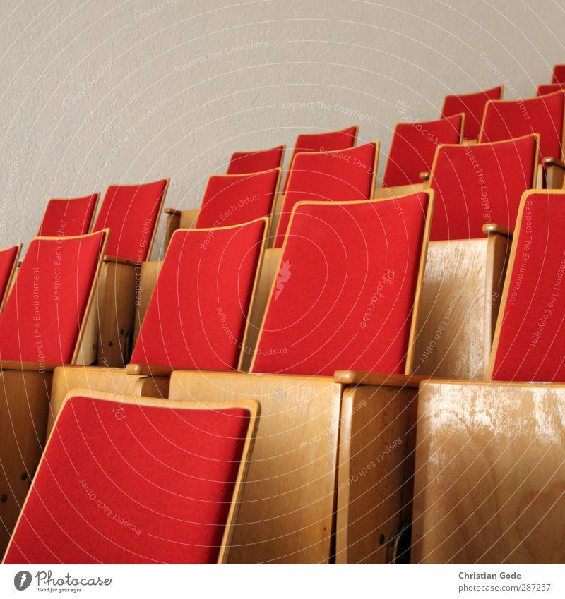 Freie Platzwahl Freizeit & Hobby bevölkert überbevölkert Menschenleer Gebäude Architektur rot Sitzgelegenheit Sitzreihe Tribüne Foyer Holz Theater Kino Kinosaal