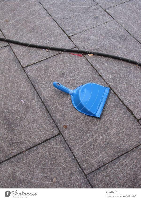 Weihnachtsmarkt (Rückseite) blau Stadt schwarz Umwelt Gefühle grau liegen dreckig Ordnung Kabel Sauberkeit Umweltverschmutzung Bodenplatten Reinlichkeit Ordnungsliebe Zigarettenstummel