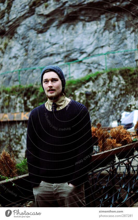 portrait Mensch Natur Jugendliche schön Junger Mann 18-30 Jahre kalt Erwachsene Berge u. Gebirge Herbst Stil Mode Felsen maskulin Bekleidung Mütze
