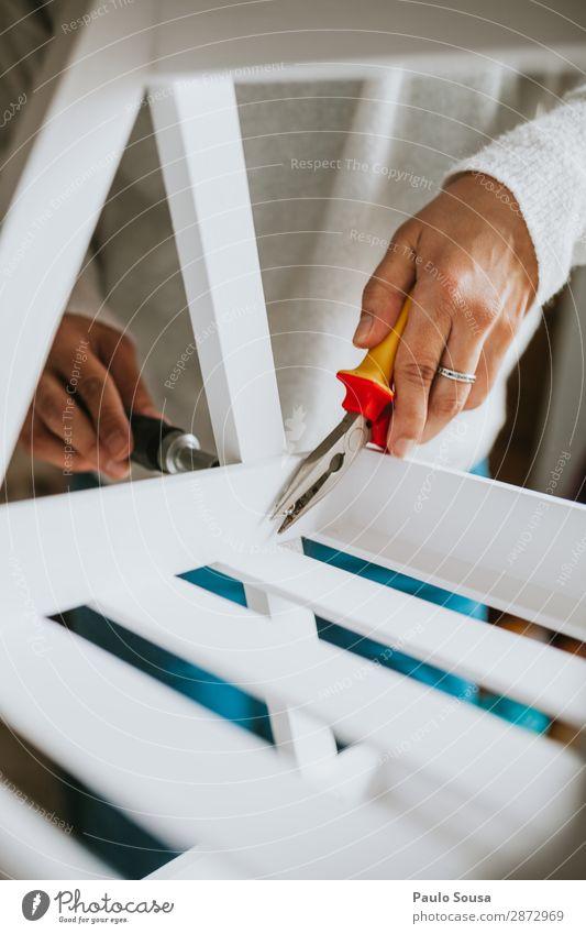 Frau, die Möbel zu Hause zusammenbaut. Lifestyle heimwerken einrichten Innenarchitektur Mensch feminin Junge Frau Jugendliche Erwachsene Hand 1 18-30 Jahre