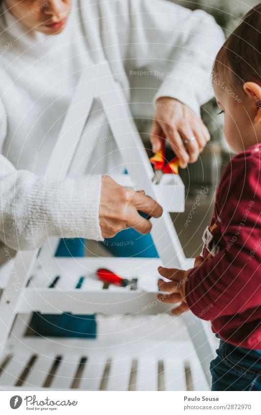 Frau, die Möbel zu Hause mit der Tochter zusammenbaut. Lifestyle heimwerken Hausbau Umzug (Wohnungswechsel) einrichten Innenarchitektur Dekoration & Verzierung