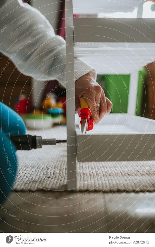 Frau, die Möbel zu Hause zusammenbaut. Lifestyle Mensch Junge Frau Jugendliche Erwachsene Hand 1 18-30 Jahre Holz Arbeit & Erwerbstätigkeit bauen modern feminin