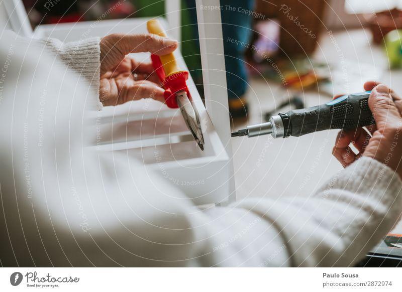 Frau, die Möbel zu Hause zusammenbaut. Lifestyle einrichten Mensch feminin Junge Frau Jugendliche Hand 1 18-30 Jahre Erwachsene bauen drehen machen kaputt