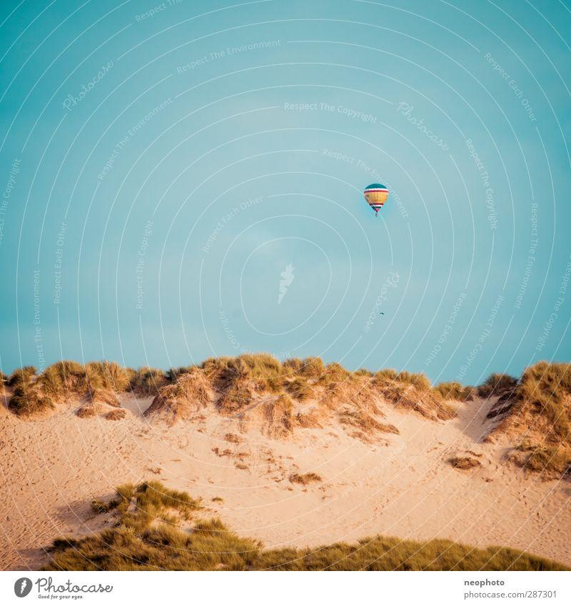In 80 Tagen um die Welt Sand Himmel Küste blau gelb gold Strand Düne Ballone Luftverkehr schweben Quadrat Wind Reisefotografie Farbfoto Außenaufnahme