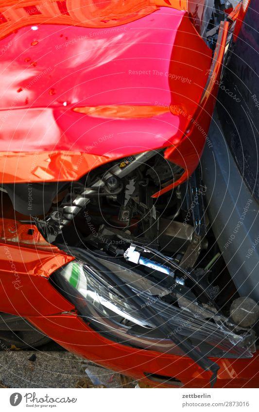 Kaputtes rotes Auto Auffahrunfall PKW Beule Blechschaden Verkehrsunfall kasko Sachbeschädigung Schaden Scherbe Straße Totalschaden Unfall Versicherung