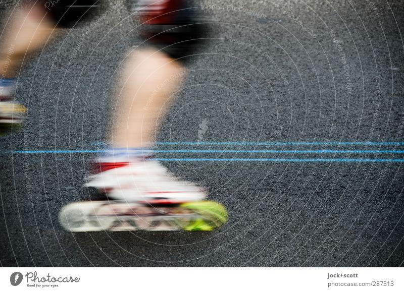 Inlineskaten mit Linien auf der Straße Freizeit & Hobby Inline Skating Sport Sportveranstaltung Rollschuhfahren Mensch Beine Verkehr Verkehrsmittel Bewegung