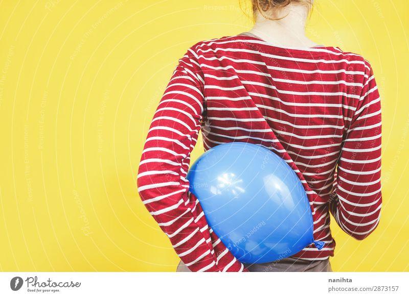 Rückansicht eines Mädchens, das einen Ballon hält. Stil Design Feste & Feiern Geburtstag Kind Mensch feminin Junge Frau Jugendliche Kindheit 1 Kunst Hemd