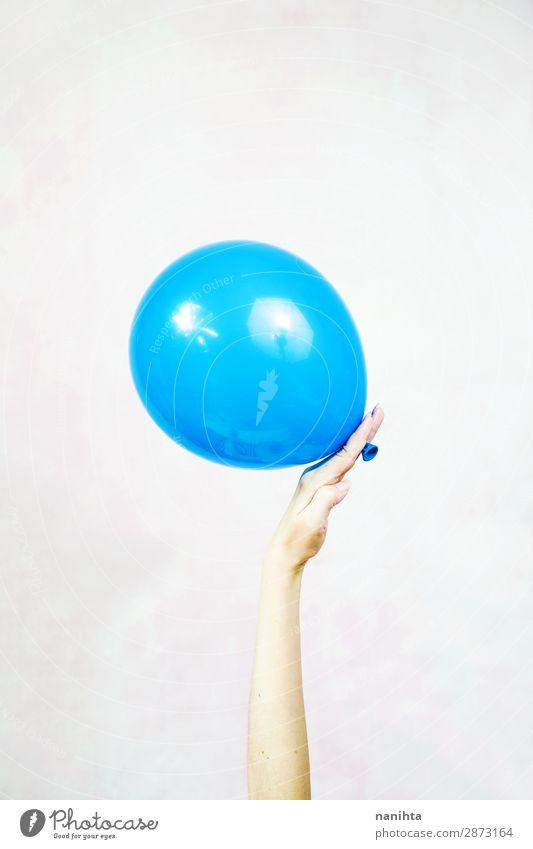 Hand hält einen Ballon fest Freude Zufriedenheit Freizeit & Hobby Spielen Dekoration & Verzierung Feste & Feiern Geburtstag Kind Feierabend Frau Erwachsene