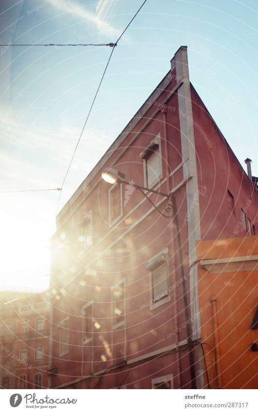 Sonne in Farbe Wolkenloser Himmel Sonnenlicht Schönes Wetter Lissabon Portugal Haus Mauer Wand Fassade Fenster Wärme Straßenbahn Farbfoto Außenaufnahme