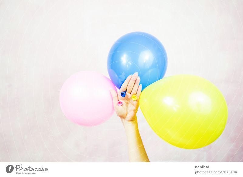 Frau Kind Farbe Hand Erwachsene lustig Feste & Feiern Kunst Design Dekoration & Verzierung Geburtstag Kindheit Idee einfach Luftballon Kunststoff
