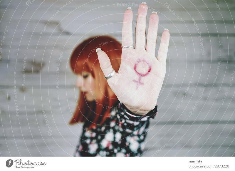Junge Feministin mit einem weiblichen Zeichen in der Hand. Lifestyle Stil Design Leben Mensch feminin Junge Frau Jugendliche Erwachsene Arme 18-30 Jahre
