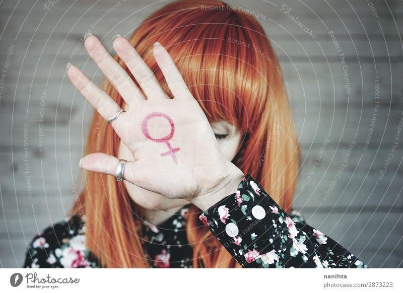 Junge Feministin mit einem weiblichen Zeichen in der Hand. Lifestyle Stil Design Leben Mensch feminin Junge Frau Jugendliche Erwachsene Arme 1 18-30 Jahre