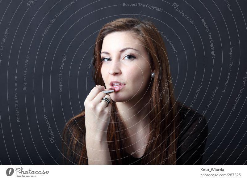 Frau, Haare Schönheit und Lippenstift schön Haare & Frisuren Gesicht Mensch feminin Junge Frau Jugendliche Erwachsene Kopf Mund Hand 1 18-30 Jahre Ring brünett