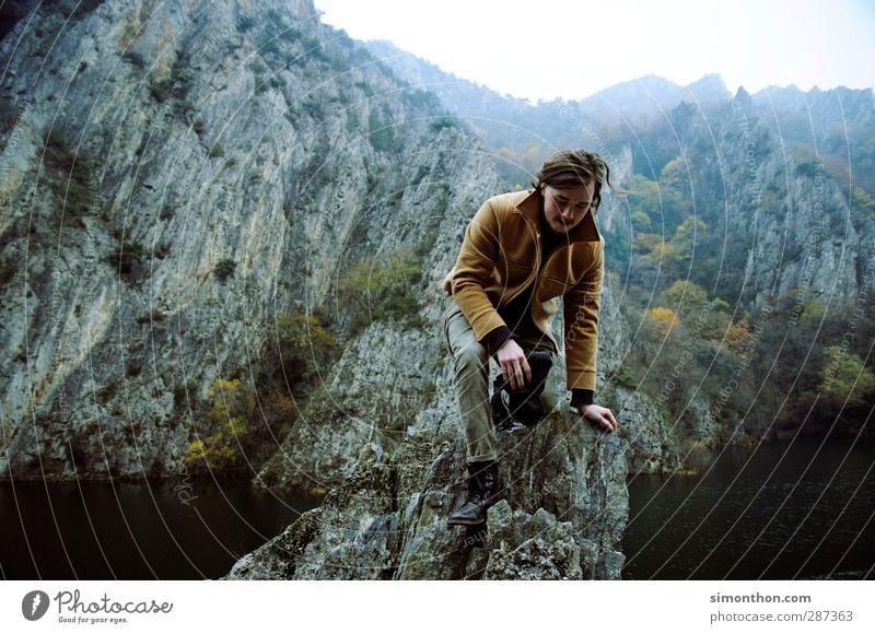 Reisen Mensch Natur Ferien & Urlaub & Reisen Landschaft Ferne Berge u. Gebirge Umwelt Herbst Freiheit Felsen maskulin Nebel wandern Ausflug Abenteuer