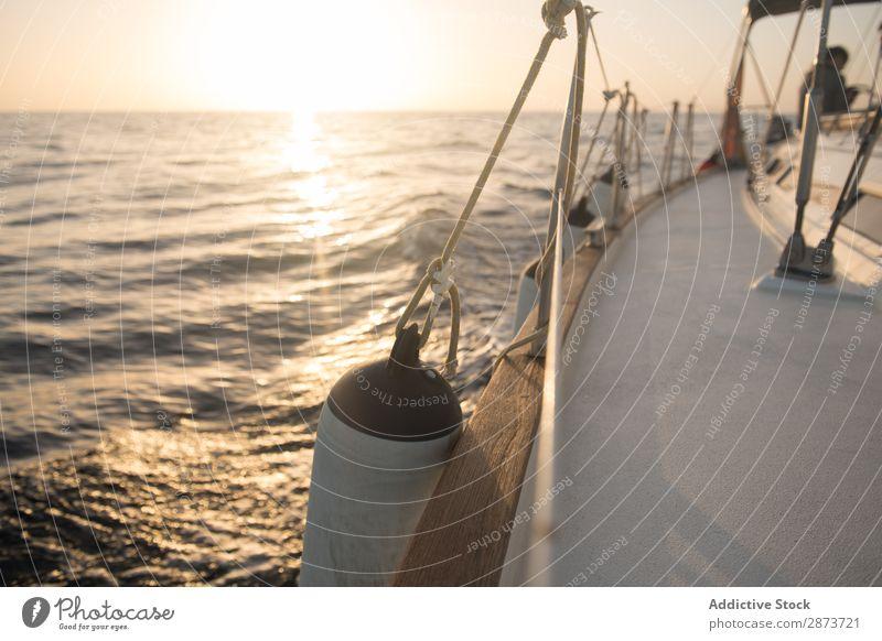 Rand der Yacht auf dem Wasser Jacht Seitendeck Meer Wasserfahrzeug Börde teuer fliegend winkend Schönes Wetter Reichtum Ferien & Urlaub & Reisen Kreuzfahrt